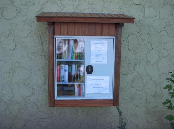 Offener Bücherschrank im Park in Gundernhausen