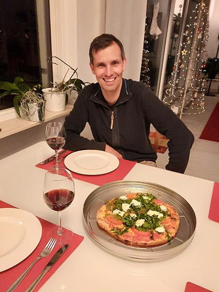 Felix geniesst die Pizza To-Go